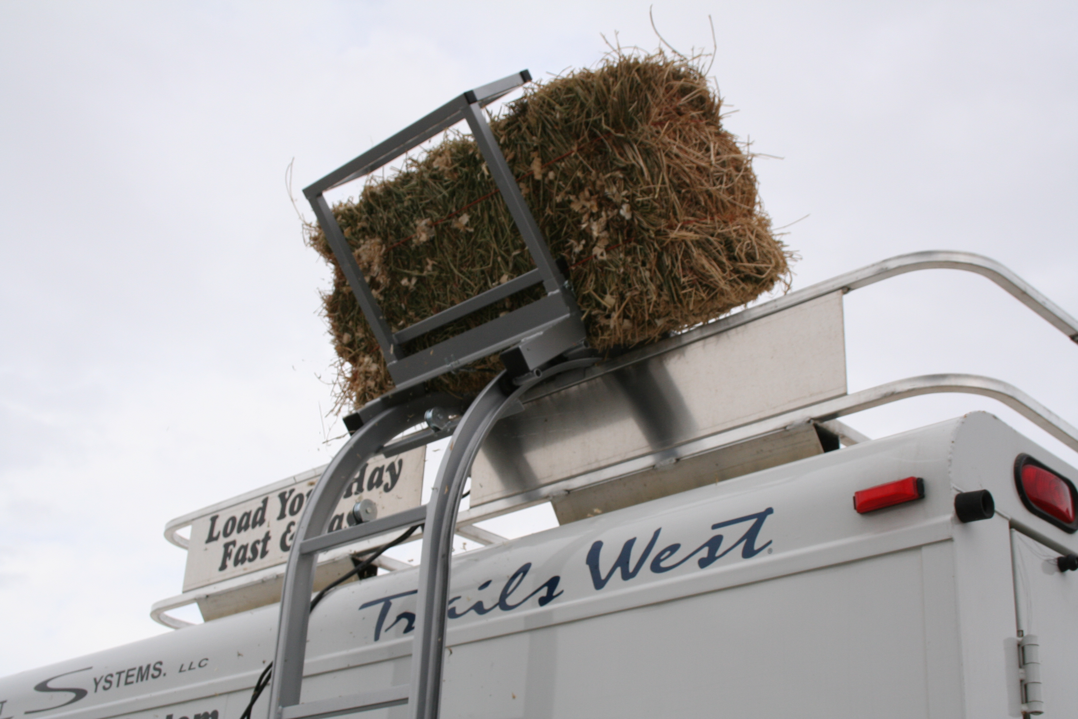 Bale Bucker loads bales on your trailer - welcome to mrtrailer com